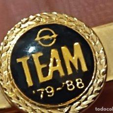 Coleccionismo: OPEL TEAM 79 - 88 PASADOR CORBATA ESCUDO METAL DORADO GOTA TIPO PINZA. Lote 268136469