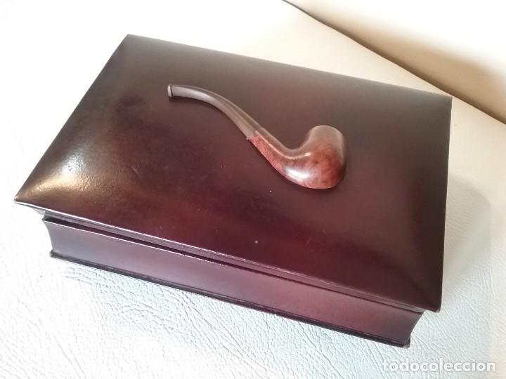 TABAQUERA MUSICAL CON PIPA EN RELIEVE EN LA TAPA. (Coleccionismo - Objetos para Fumar - Otros)
