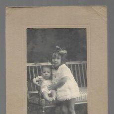 Coleccionismo: 48010 -EXTRAORDINARIA FOTOGRAFIA ANTIGUA- DOS HERMANOS EN UN BANCO FOTO- KAULAK -MADRID. Lote 291236788