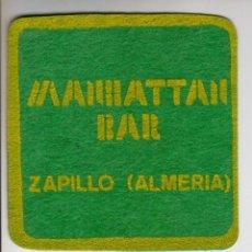 Collezionismo: MANHATTAN BAR (ZAPILLO - ALMERIA) - ANTIGUO POSAVASOS - AÑOS 80-90. Lote 294124603