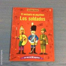 Coleccionismo Recortables: LIBRO RECORTABLE DE MUÑECA DE SOLDADOS EN PEGATINAS EDITORIAL USBORNE. Lote 98985763