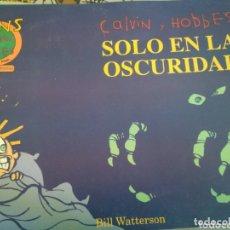 Cómics: CALVIN Y HOBBES SOLO EN LA OSCURIDAD. Lote 172932310