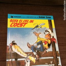 Cómics: LUCKY LUKE- SOTA EL CEL DE ĽOEST. CATALÀ. Lote 112561972