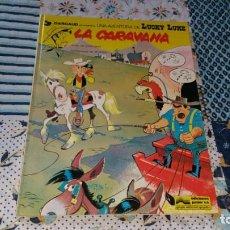 Cómics: LUCKY LUKE LA CARAVANA ED. JUNIOR AÑO 1979 SIN NÚMERO EN LOMO + POSTAL. Lote 171800355
