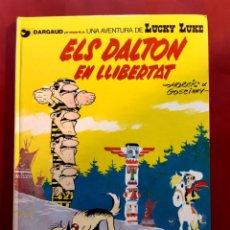 Cómics: LUCKY LUKE ELS DALTON EN LLIBERTAT 1983 EN CATALÁN EXCELENTE ESTADO VER FOTOS. Lote 199160517
