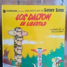 Cómics: LUCKY LUKE. LOS DALTON EN LIBERTAD. TAPA DURA. Lote 212396401