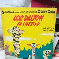 Comics : LOS DALTON EN LIBERTAD. LUCKY LUKE. Lote 219373266