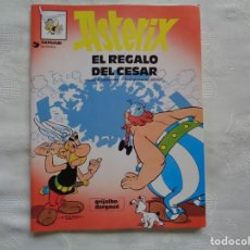 Cómics: GOSCINNY / UDERZO. EL REGALO DEL CÉSAR. 1997. TRADUCCIÓN DE VÍCTOR MORA.. Lote 262778235