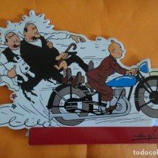 Cómics: CARTEL PUBLICITARIO PLV TINTIN EN MOTO CON LOS DUPOND .. Lote 207195367