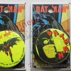 Cómics: LOTE 2 CHAPAS CON IMPERDIBLE DE BATMAN - PERSONAJE DE CÓMIC Y CINE - CHAPA CHAPITA - SUPERHÉROE. Lote 43515924