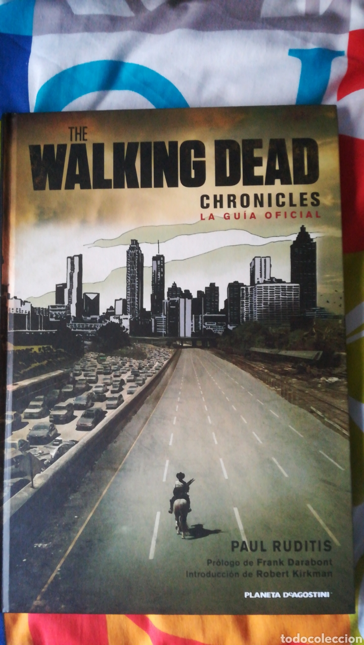 THE WALKING DEAD CHRONICLES LA GUÍA OFICIAL PLANETA (Tebeos y Comics - Comics Merchandising)