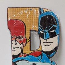 Cómics: CHAPA METALICA LA LETRA B CON IMAGEN DE BATMAN Y FLASH - DC COMICS . PARA SUJECION EN PARED. Lote 226744310