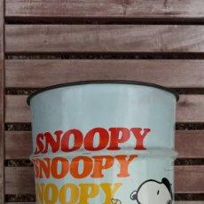 Cómics: PAPELERA SNOOPY SCHULZ 1958 METALICA PAPER BIN RUBISH CAN. Lote 270240613