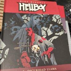 Cómics: HELLBOY LA OSCURIDAD LLAMA TAPA DURA NORMA EDITORIAL. Lote 235489990