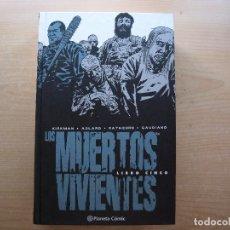 Fumetti: LOS MUERTOS VIVIENTES - LIBRO CINCO - PLANETA COMIC - NUEVO - VER FOTOS. Lote 221767866
