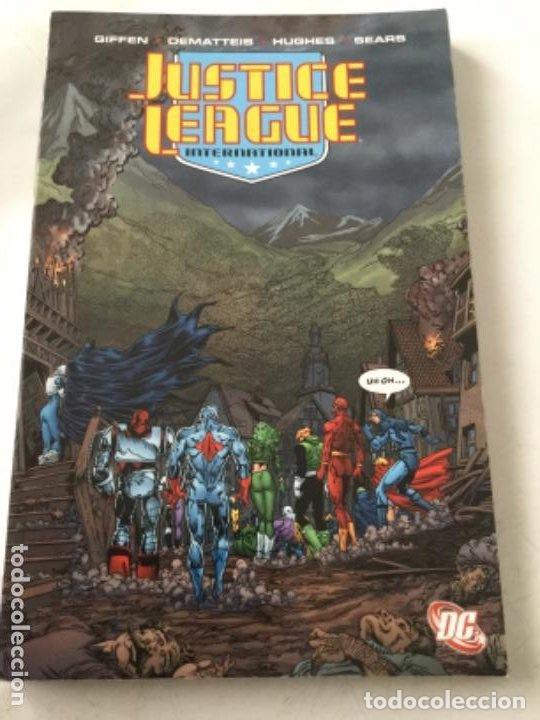 JUSTICE LEAGUE- VOL. SIX- 238 PAGINAS- 24,99$ - RÚSTICA- 2011 (Tebeos y Comics - Comics Lengua Extranjera - Comics USA)