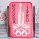 Coleccionismo deportivo: PARCHE DE TELA BORDADO DE LA OLIMPIADA DE MOSCU MOCKBA 1980 AUTOADHESIVO. Lote 26630691