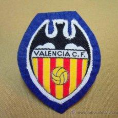 Coleccionismo deportivo: ESCUDO, ESCUDO DE TELA, VALENCIA C. F., FUTBOL, 8 X 6 CM. Lote 35118953