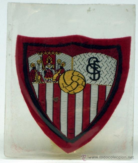 ESCUDO FÚTBOL SEVILLA FÚTBOL CLUB TELA BORDADA BORDE ROJO AÑOS 60 6 CM X 6 CM (Coleccionismo Deportivo - Ropa y Complementos - Complementos deportes)