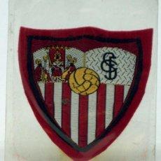 Coleccionismo deportivo: ESCUDO FÚTBOL SEVILLA FÚTBOL CLUB TELA BORDADA BORDE ROJO AÑOS 60 6 CM X 6 CM. Lote 36538579