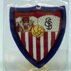 Coleccionismo deportivo: ESCUDO FÚTBOL SEVILLA FÚTBOL CLUB TELA BORDADA BORDE AZUL AÑOS 60 6 CM X 6 CM. Lote 149829122