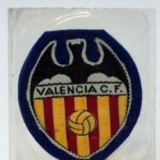 Coleccionismo deportivo: ESCUDO FÚTBOL VALENCIA CLUB FÚTBOL TELA BORDADA BORDE AZUL AÑOS 60 6,5 CM X 6 CM. Lote 54739433