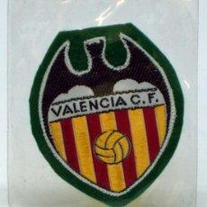Coleccionismo deportivo: ESCUDO FÚTBOL VALENCIA FÚTBOL CLUB TELA BORDADA BORDE VERDE AÑOS 60 6,5 CM X 6 CM. Lote 36538852