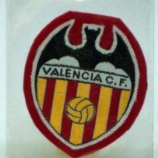 Coleccionismo deportivo: ESCUDO FÚTBOL VALENCIA FÚTBOL CLUB TELA BORDADA BORDE ROJO AÑOS 60 6,5 CM X 6 CM. Lote 36538879