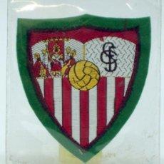 Coleccionismo deportivo: ESCUDO FÚTBOL SEVILLA FÚTBOL CLUB TELA BORDADA BORDE VERDE AÑOS 60 6 CM X 6 CM. Lote 36538897