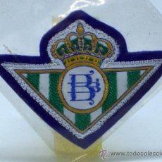 Coleccionismo deportivo: ESCUDO FÚTBOL BETIS FÚTBOL CLUB TELA BORDADA BORDE AZUL AÑOS 60 8 CM X 5,5 CM. Lote 149829138