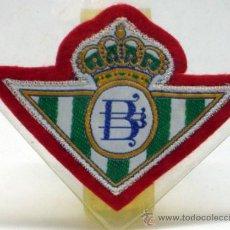 Coleccionismo deportivo: ESCUDO FÚTBOL BETIS FÚTBOL CLUB TELA BORDADA BORDE ROJO AÑOS 60 8 CM X 5,5 CM. Lote 97107751