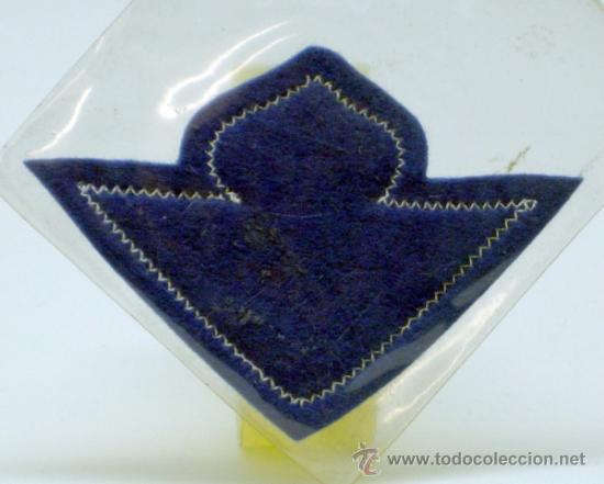 Coleccionismo deportivo: Escudo fútbol Betis Fútbol Club tela bordada borde azul años 60 8 cm x 5,5 cm - Foto 2 - 149829138