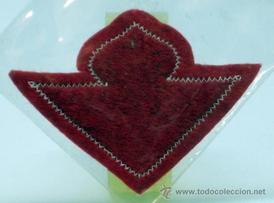Coleccionismo deportivo: Escudo fútbol Betis Fútbol Club tela bordada borde rojo años 60 8 cm x 5,5 cm - Foto 2 - 97107751