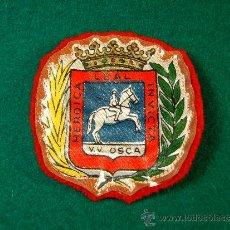 Coleccionismo deportivo: HEROICA LEAL INVICTA V.V. OSCA-INSIGNIA DE TELA PARA COSER-PLASTIFICADA-CABALLOS?-6X6 CM-AÑOS 1940 ?. Lote 36887605