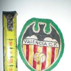 Coleccionismo deportivo: ANTIGUO ESCUDO DE FOOTBALL DEL VALENCIA BORDADO . Lote 38595506