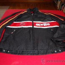 Coleccionismo deportivo: CAZADORA APRILIA, TALLA XL, SIN PROTECCIONES. SIN ESTRENAR.. Lote 39054708