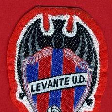 Coleccionismo deportivo: ANTIGUO ESCUDO FUTBOL, EN TELA PARA CAMISETA, LEVANTE UD , ORIGINAL . Lote 43696656