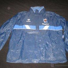Coleccionismo deportivo: CHUBASQUERO REAL SOCIEDAD FUTBOL ASTORE BANKOA 94-95 1994-1995. Lote 44300633