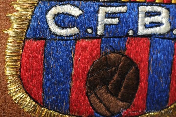 Coleccionismo deportivo: ESCUDO EXCEPCIONAL BORDADO Y ENMARCADO CLUB FUTBOL BARCELONA AÑOS 49/50 - Foto 2 - 45609556