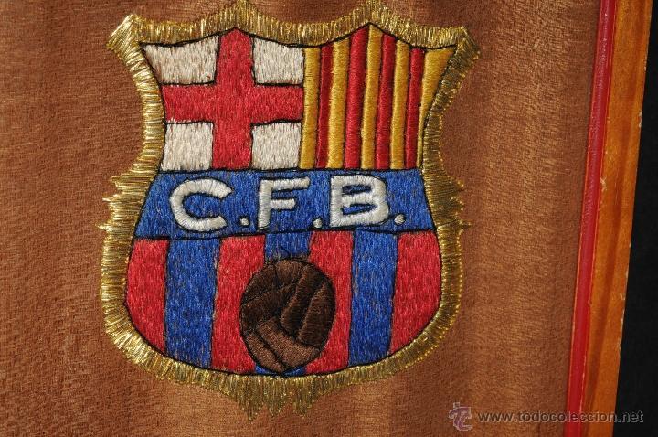 Coleccionismo deportivo: ESCUDO EXCEPCIONAL BORDADO Y ENMARCADO CLUB FUTBOL BARCELONA AÑOS 49/50 - Foto 3 - 45609556