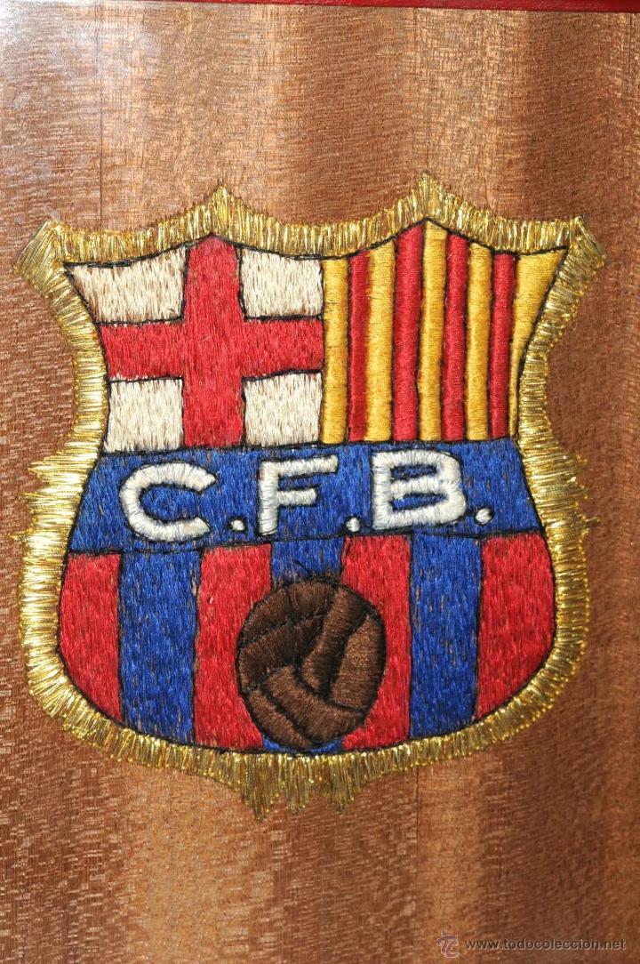 Coleccionismo deportivo: ESCUDO EXCEPCIONAL BORDADO Y ENMARCADO CLUB FUTBOL BARCELONA AÑOS 49/50 - Foto 5 - 45609556