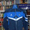 Coleccionismo deportivo: SUDADERA DE CHANDAL DE LA REAL SOCIEDAD. TALLA M. ASTORE. TDKDEP7. Lote 131607782