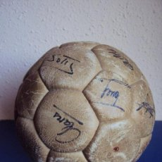 Coleccionismo deportivo: (F-170416)BALON F.C.BARCELONA 1975-76,FIRMADO POR CRUYFF,SOTIL,MIGUELI,CLARES,ARTOLA,ETC.. Lote 82269848
