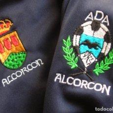 Coleccionismo deportivo: EQUIPACIÓN DEL ALCORCÓN. TEMPORADA DEL ASCENSO A SEGUNDA DIVISIÓN. TALLA XXL. CHANDAL Y PANTALON.. Lote 85168988