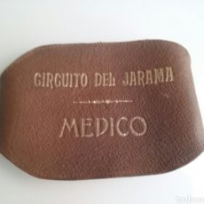 Coleccionismo deportivo: BRAZALETE DE MÉDICO OFICIAL DEL CIRCUITO DE JARAMA CUERO. Lote 94296124