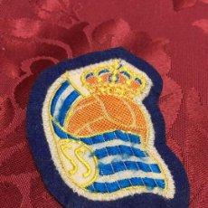Coleccionismo deportivo: ANTIGUO PARCHE ESCUDO REAL SOCIEDAD - FUTBOL - MEDIDA 6,5 CM. Lote 98047799