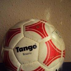 Coleccionismo deportivo: (F-1804)BALON ADIDAS TANGO ROSARIO,EDICION ESPECIAL F.C.BARCELONA,FIRMAS MARADONA,QUINI,MIGUELI,ETC.. Lote 117631111