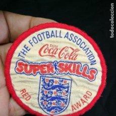 Coleccionismo deportivo: PARCHE EQUIPO FUTBOL INGLES INFANTIL SUPERSKILLS RED AWARD ..COCA-COLA AÑOS 60--7 CM DIAMETRO. Lote 133848826