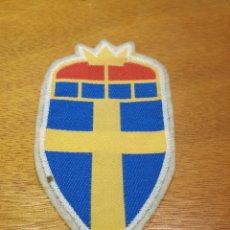 Coleccionismo deportivo: ANTIGUO ESCUDO BORDADO PARA CAMISETA DE FUTBOL. SUECIA. Lote 146681402