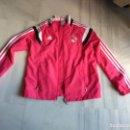 Coleccionismo deportivo: CHAQUETA REAL MADRID ROSA . Lote 155505098